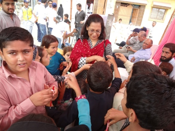 Distributing polio avocacy items to children (00000002)