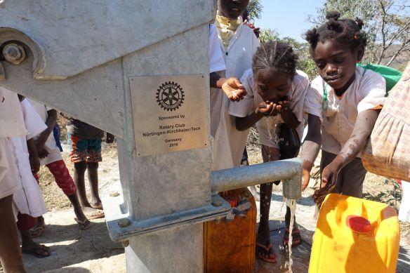 Sauberes, trinkbares Wasser in Etunda