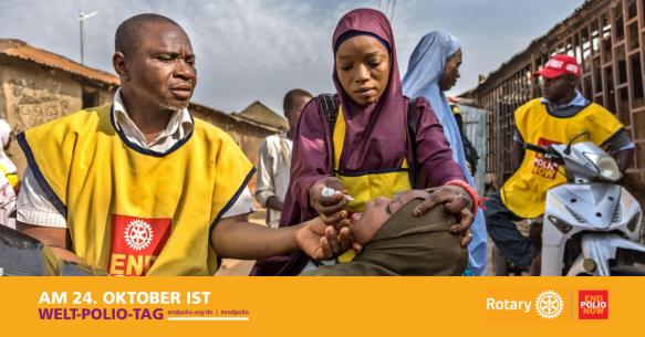 """2 afrikanische Impfhelfer mit gelben Westen samt rotem """"End Polio Now""""-Logo tropfen einem jungen Mädchen mit dunklem Kopftuch die Schluckimpfung gegen Kinderlähmung in den Mund. Im Hintergrund Gebäude und weitere Menschen."""